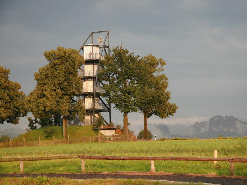 Foto: Heike Schubert - Aussichtstum in Rathmannsdorf im Hintergrund der Falkenstein