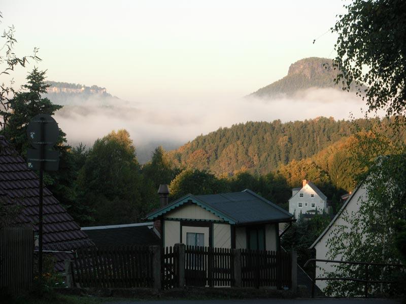 Blick auf Lilienstein und Festung Königstein im Nebel