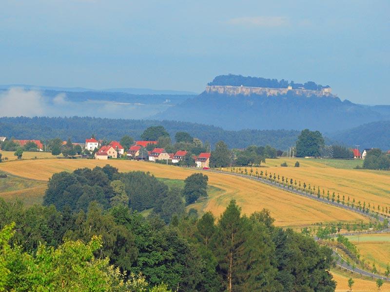 Foto: Harald Thiele - Rathmannsdorf mit Festung Königstein